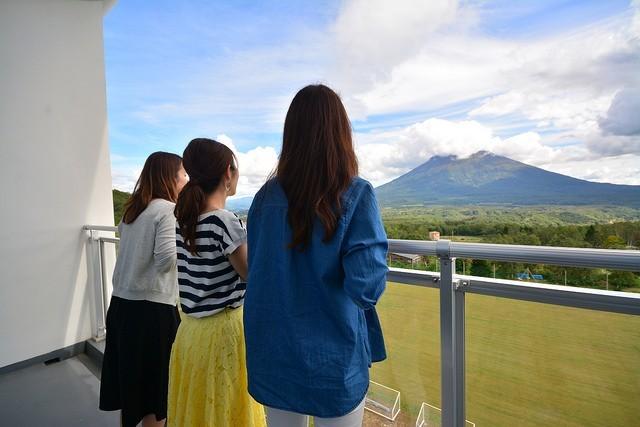 羊蹄山を眺める3人の女性