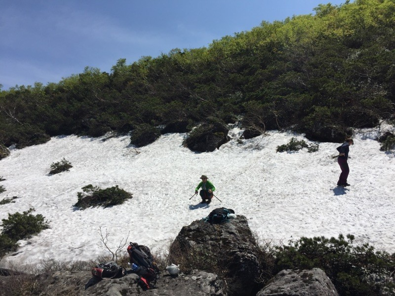 夏のシャクナゲ沼のほとりに残る残雪で尻すべり