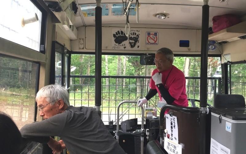 熊の説明をするベアマウンテンのバスの運転手さん