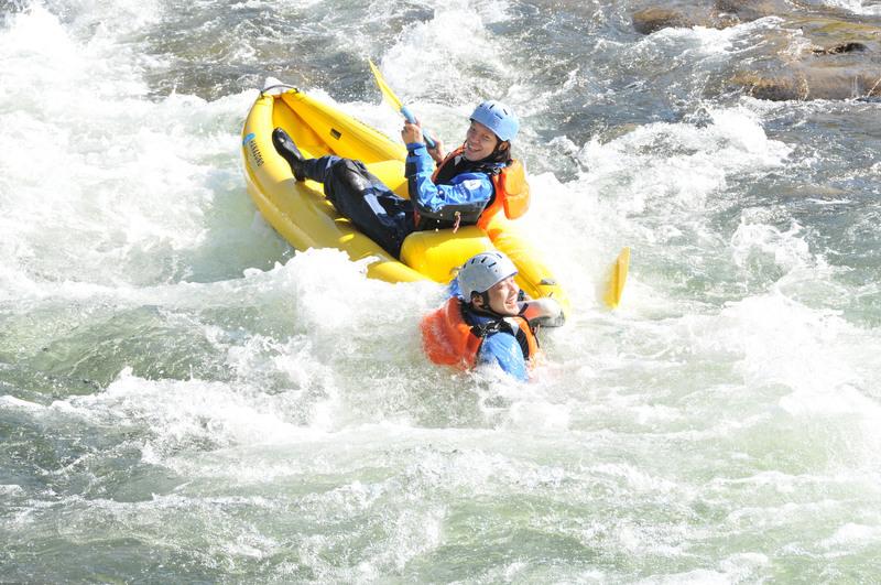 ダッキーから川にダイブする人
