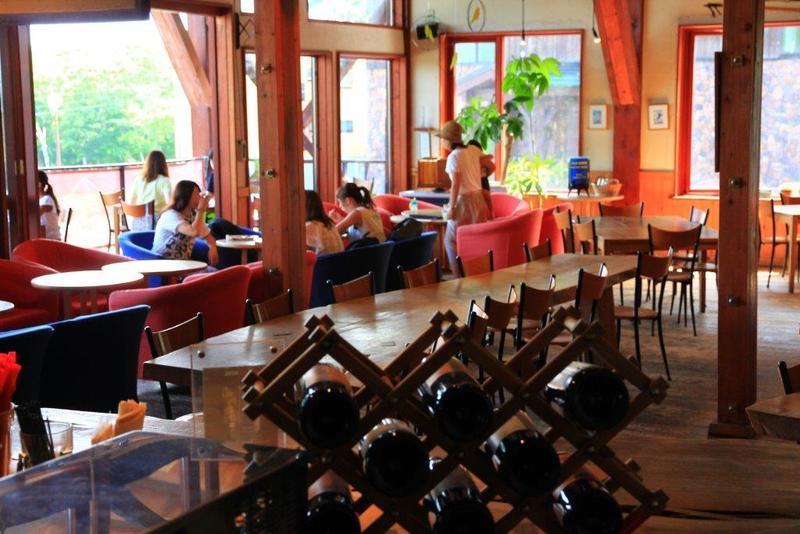 明るいニセコのジョジョズカフェの店内