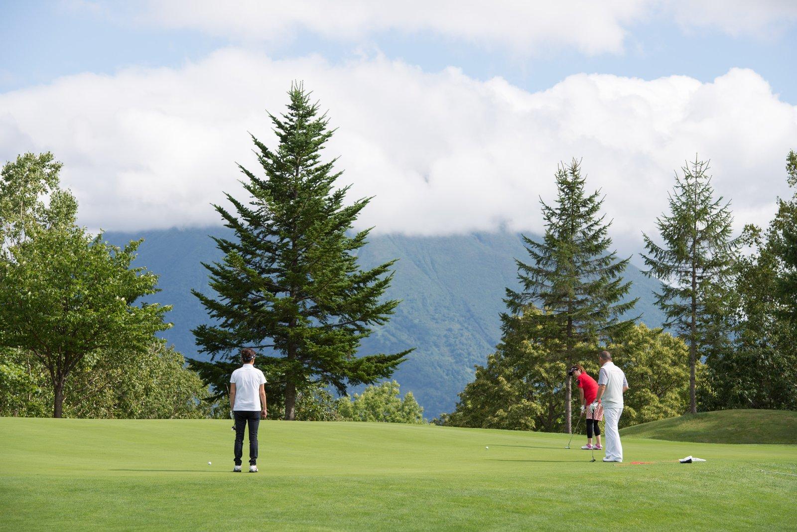 ニセコHANAZONOゴルフでプレイを楽しむ男女
