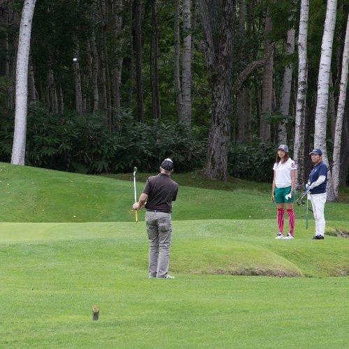 ニセコのハナゾノゴルフ場でプレイする男女
