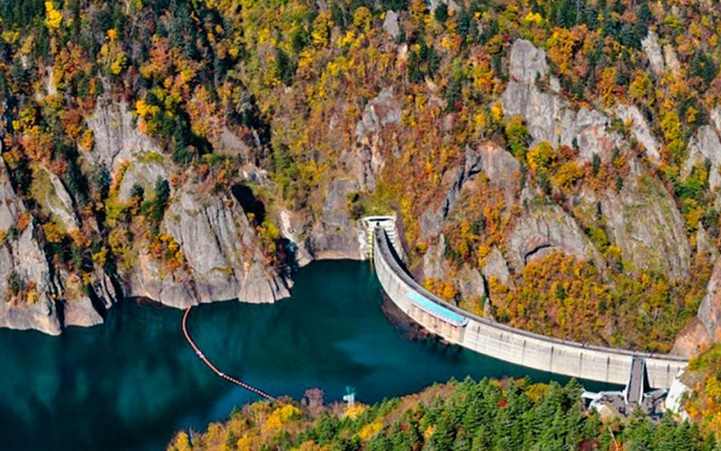 Hoheikyo Dam is a famous place for foliage viewing. The dam is discharged during June to October for sightseeing purpose.