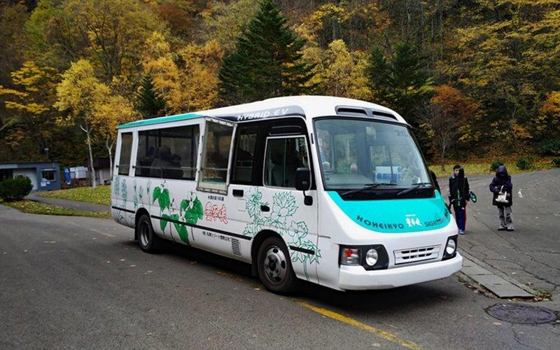 Hybrid electric bus at Hoheikyo Dam.