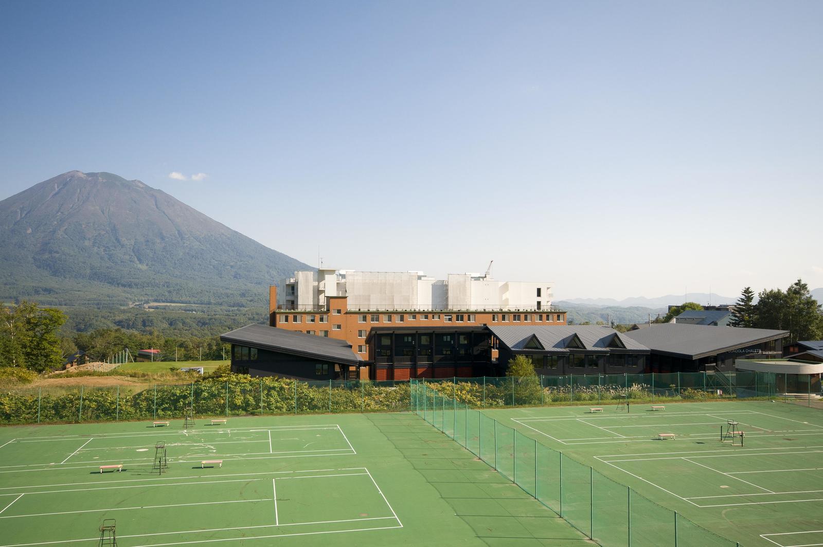 ゴンドラシャレーとテニスコート