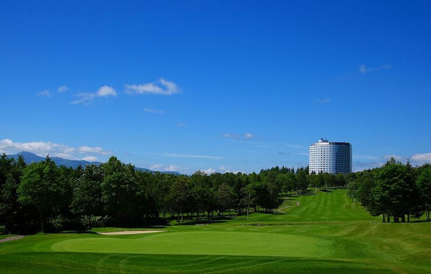 The Niseko Village golf course is close to the Hilton hotel with convenient facilities like onsen, spa and accommodation.