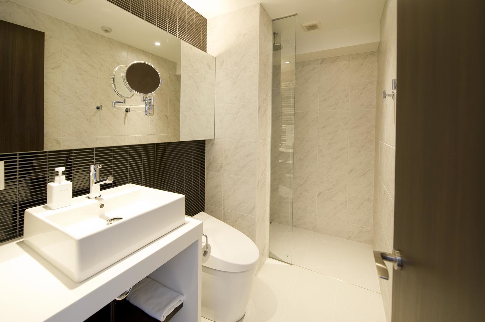 Kizuna 1 bedroom premium apartment bathroom large